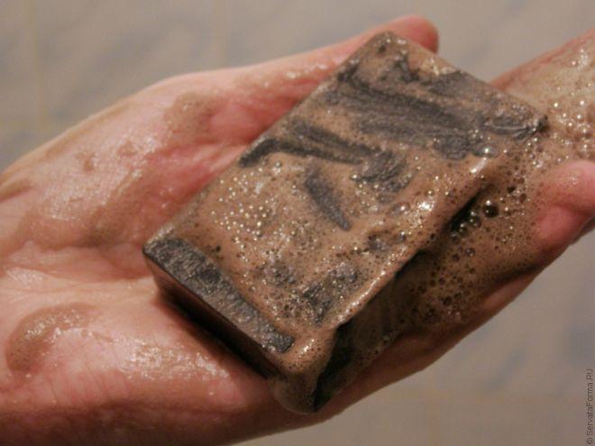 На фото: дегтярное мыло в руке