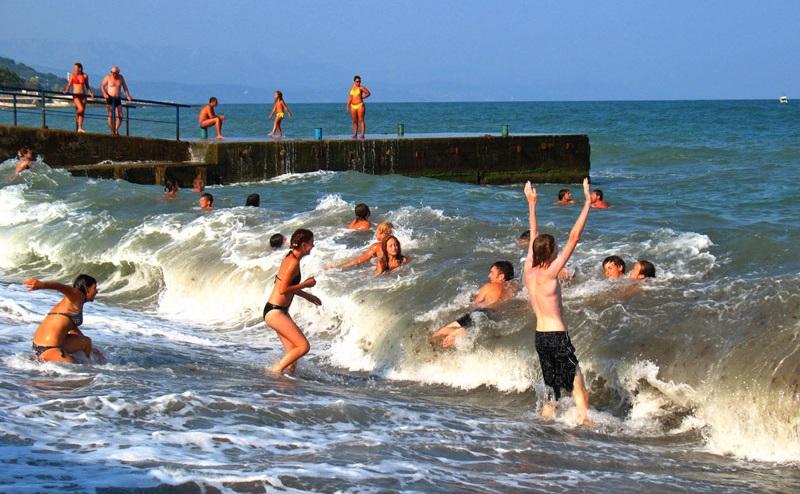 На фото: Купание на море при лишае