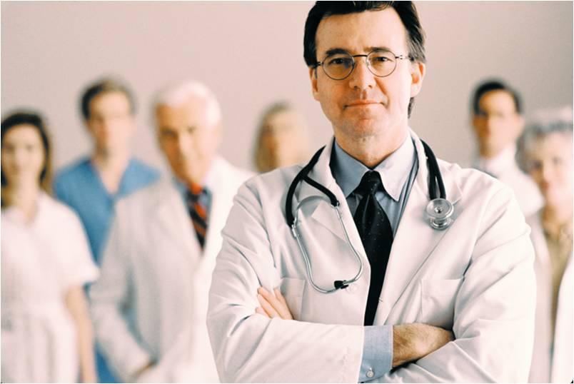 На фото: врач
