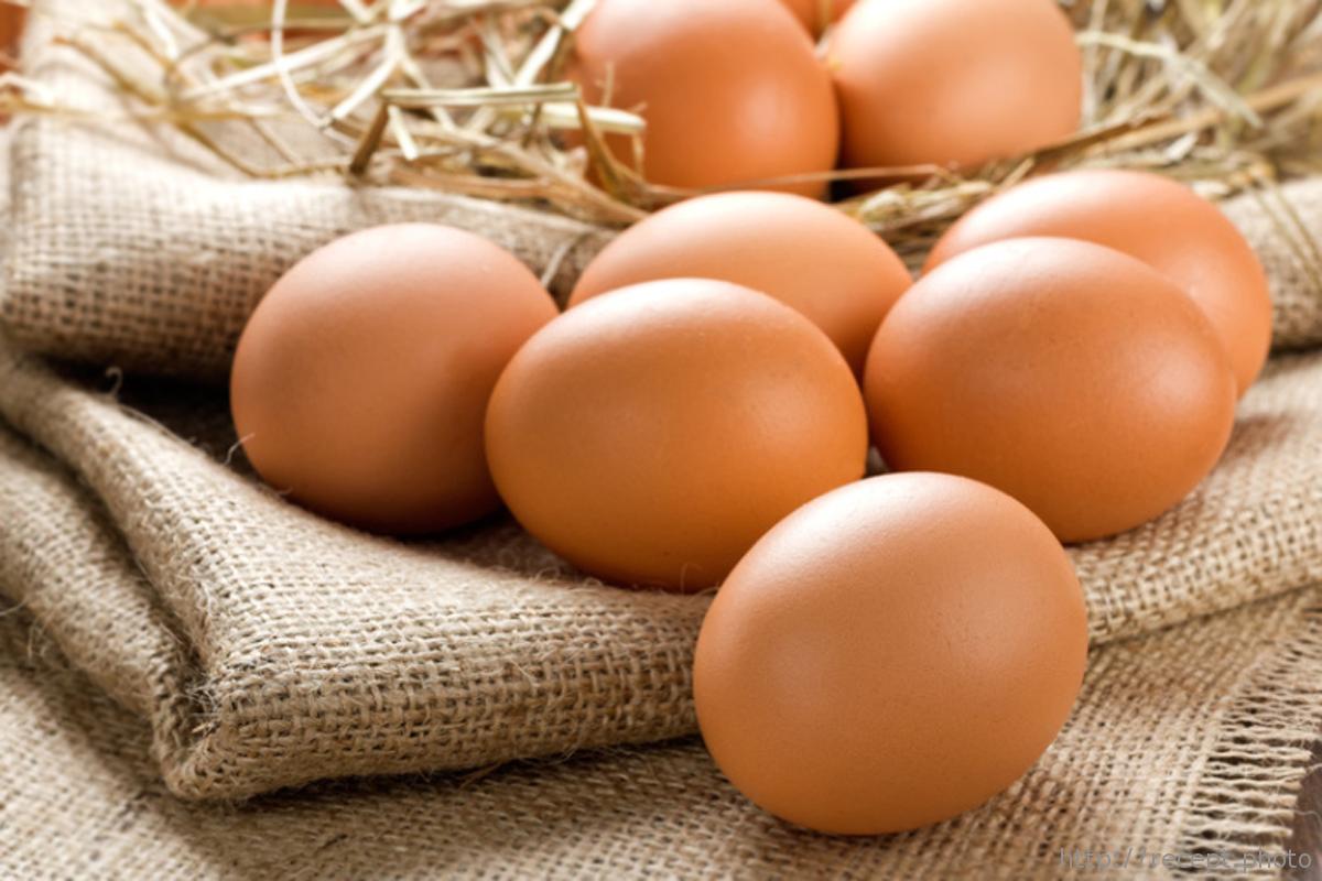 На фото: Куриные яйца