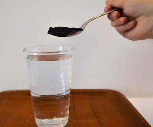На фото: Маска с углем и водой