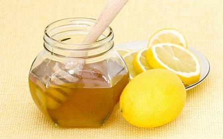 На фото: мед с лимоном