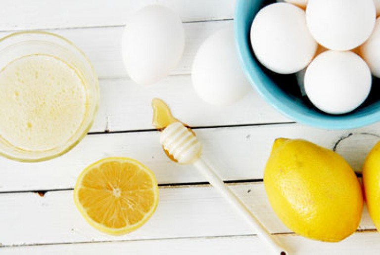 На фото: Яичная маска с лимонным соком